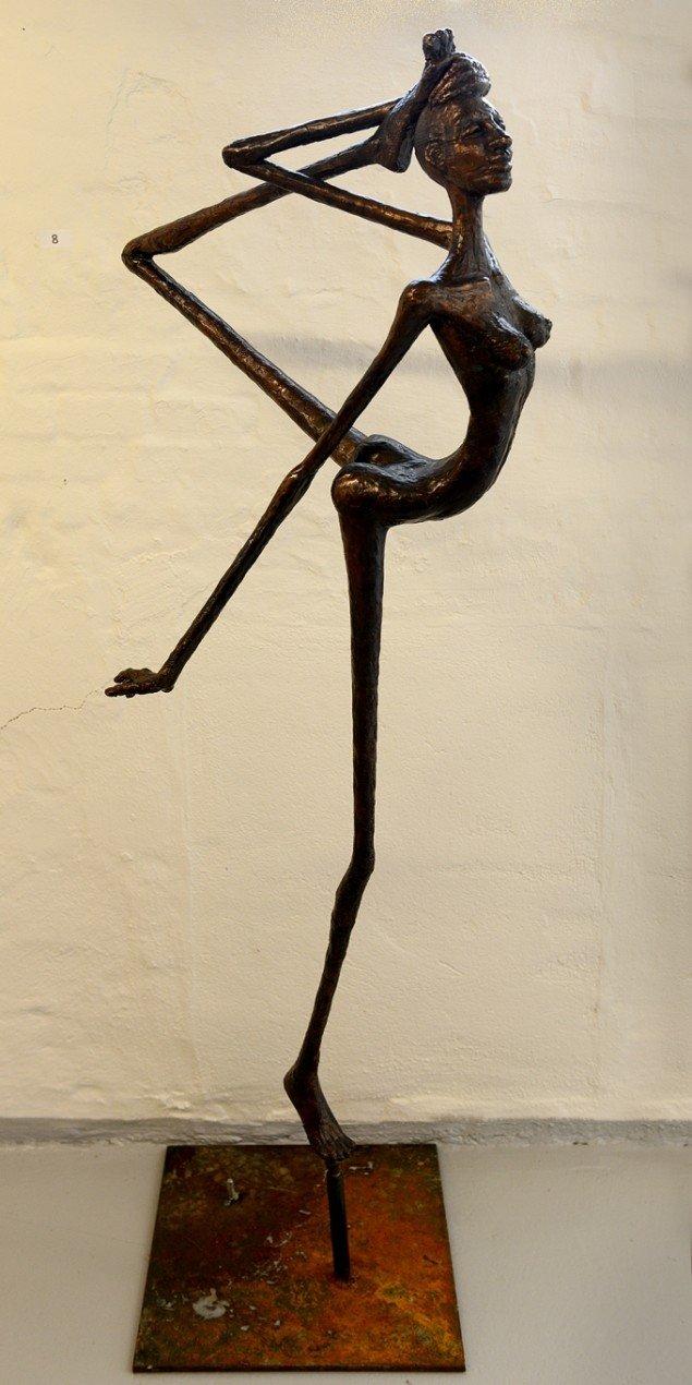 Jens Galschiøt: Balanceakt, kvinde. På Jens Galschiøt - Kunst til eftertanke, Kunstetagerne Hobro. Foto: Niels Reiter
