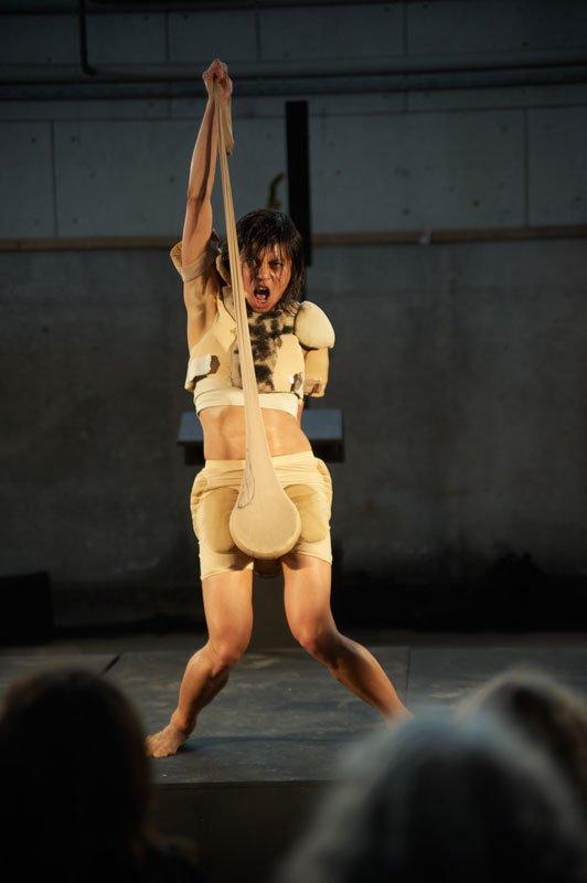Lilibeth Cuenca Rasmussen og værket Instrumental Man er en del af aftenens mere kønskritiske underholdning. (Pressefoto)