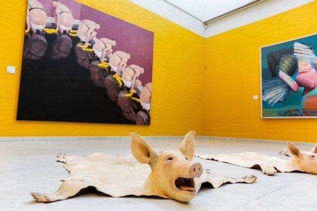 Installationsview. På gulvet værk af Hesselholdt & Mejlvang. Bagest malerier af Michael Kvium og Arne Haugen Sørensen. Foto: Niels Fabæk