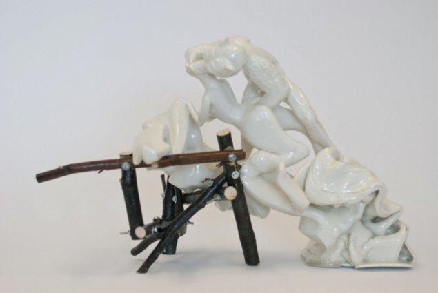 Louise Hindsgavl: First Date, 2013, porcelæn, træ og metal, 40x21x 27 cm. Foto: Louise Hindsgavl
