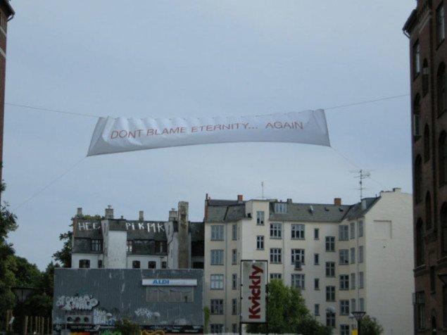 Tidsskriftet Referats bannere hen over Søllerødgade. Foto: Line Møller Lauritsen