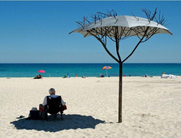 Strandliv i skyggen af kunsten. Kevin Draper, Canopy, 2006. Foto: Louise Beaumont.