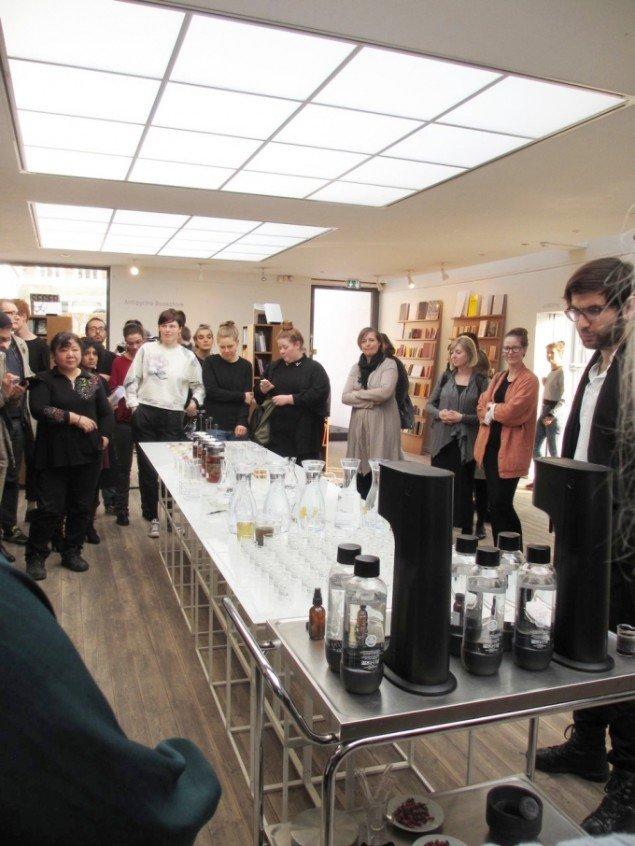 Gæsterne om bordet med jordcola, dafnier og drinks. Gallardo til højre. Foto: Kirstine Bruun