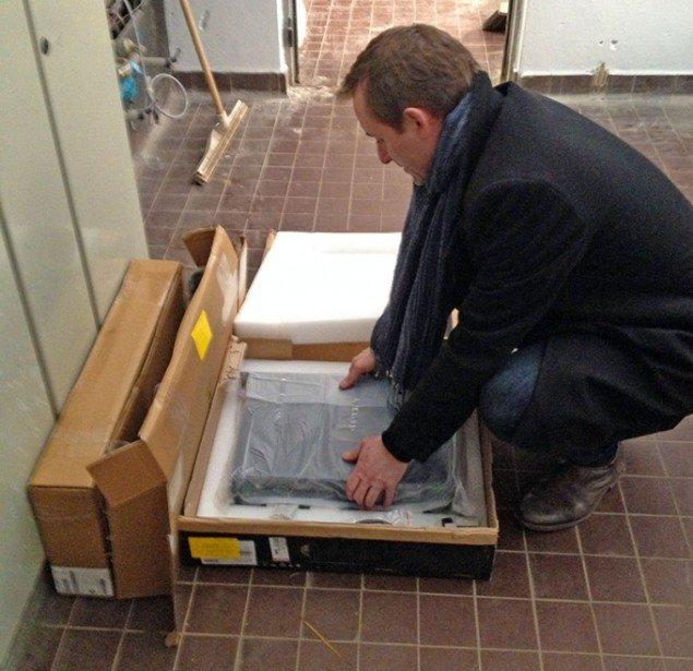 Kurator på DIAS, Rasmus Vestergaard pakker it-udstyr ud til den kommende udstilling. Pressefoto