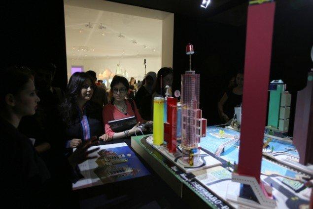 Overkompensation og aflad: Cartier-udstillingen leder til et mørkt rum, hvor Cartier-prisvinderens kunstværk står: Den congolesiske kunstner Bodys Isek Kingelezs model af en storby i pap, plastik og andet skrald. Pressefoto