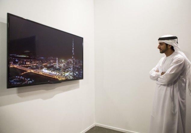 Hans Højhed Sheikh Hamdan Bin Mohammed Al Maktoum studerer et værk med verdens pt. højeste bygning, Burj Khalifa i Dubai. Pressefoto