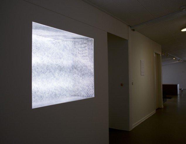 Ann Sophie Von Bülow: Kashmir, 2014. Fotografi, opal akryl, lysstofrør, MDF-plader, væg maling. På Værker fra Kunstakademiet, Farum Kulturhus. Courtesy af kunstnerne