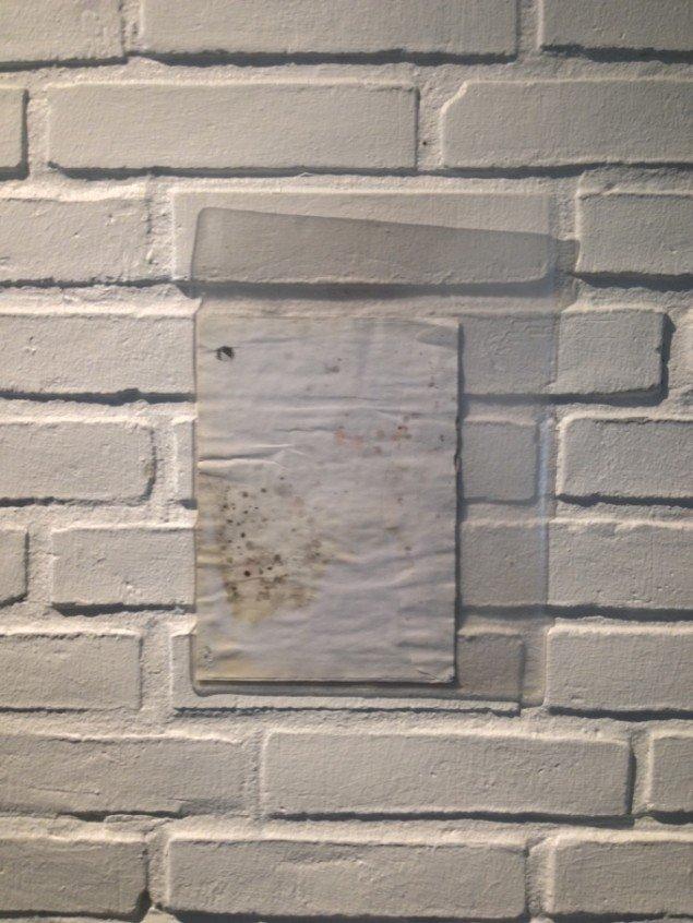 Stoffer: Borgerhenvendelse – monteret i plastikchartek, 2014. På Værker fra Kunstakademiet, Farum Kulturhus. Courtesy af kunstnerne