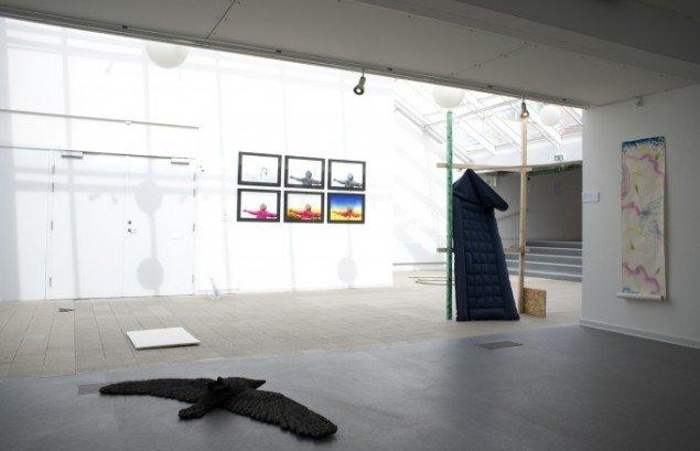 Værker af Annarosa Krøyer Holm, Jens Funder og Claus Haxholm & the request group. Udstillingsview fra Værker fra Kunstakademiet, Farum Kulturhus. Courtesy af kunstnerne