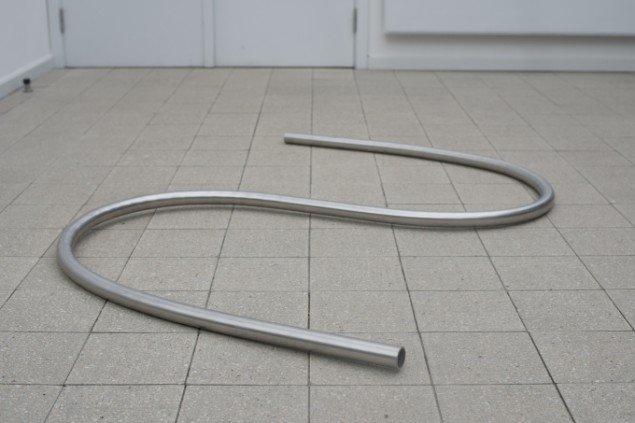 Rikard Thambert: Uden titel, 2014. Rustfrit stål. På Værker fra Kunstakademiet, Farum Kulturhus. Courtesy af kunstnerne