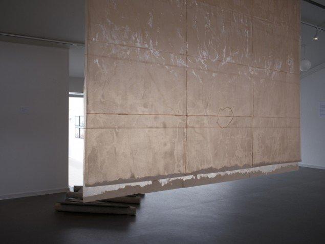Matilde Duus: shortcut through spacetime, 2014. Papir, lak, stål. På Værker fra Kunstakademiet, Farum Kulturhus. Courtesy af kunstnerne