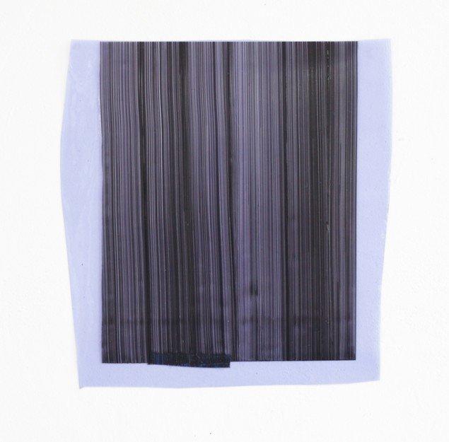Ruth Campau: Sample (deep dense grey on violet blue), 2013. Akryl på mylar, vinyl. 36 x 31 cm. På VERTICAL, Marianne Friis Gallery. Foto: Michael Mørk