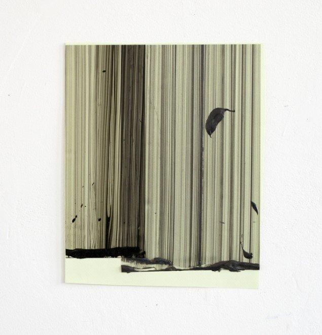 Ruth Campau: Sample (dark grey on naples yellow), 2013. Akryl på mylar, papir. 36 x 31 cm. På VERTICAL, Marianne Friis Gallery. Foto: Michael Mørk