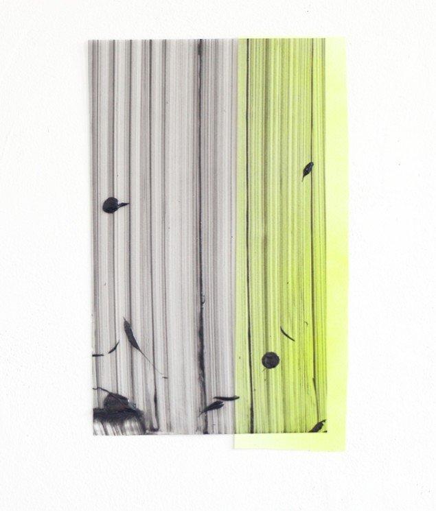 Ruth Campau: Sample (grey on lime), 2013. Akryl på mylar, papir. 40 x 30 cm. På VERTICAL, Marianne Friis Gallery. Foto: Michael Mørk