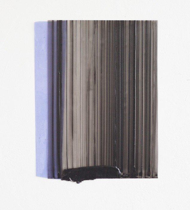 Ruth Campau: Sample (deep dark, purple), 2013. Akryl på mylar, vinyl. 38 x 35 cm. På VERTICAL, Marianne Friis Gallery. Foto: Michael Mørk