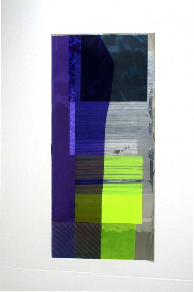 Ruth Campau: NY Vinyls (transparent purple on yellow and grey). Akryl på mylar, folie, polyester. 103 x 48 cm. På VERTICAL, Marianne Friis Gallery. Foto: Michael Mørk