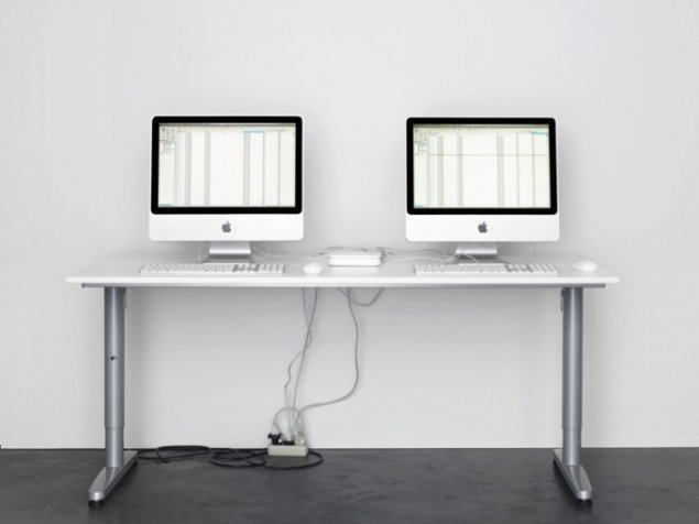 "Cory Arcangel: Permanent Vacation, 2008. To Apple-computere sender ""out of office""-mails til hinanden. Pressefoto."
