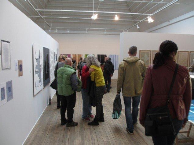 Der var tæt pakket med både kunst og gæster i udstillingsrummene. Foto: Kirstine Bruun