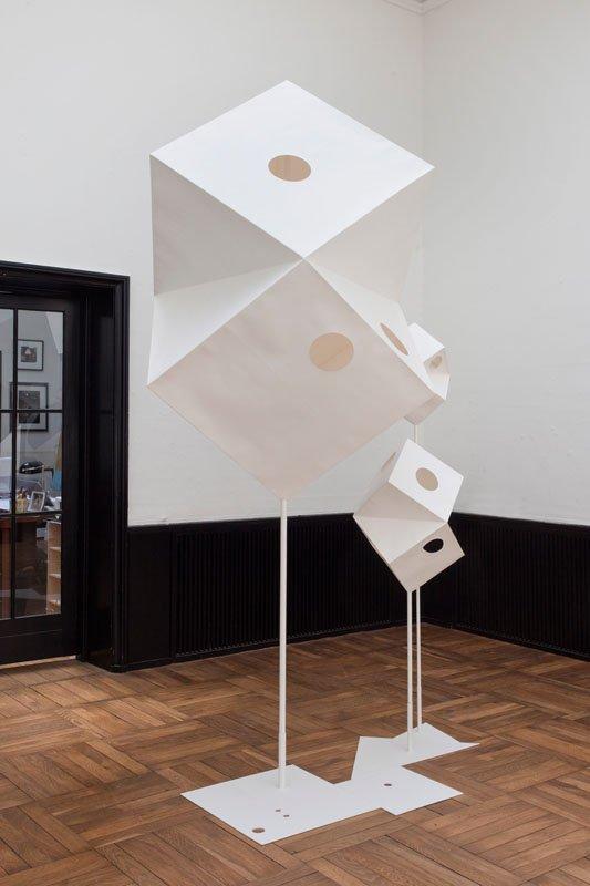 Rikke Ravn Sørensen: Sound of Shapes. II 2012 Tegnepapir, lim, træ, jern. 180 x 95 x 150 cm. Foto: Erling Lykke Jeppesen