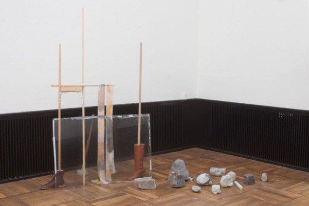 Charlotte Thrane: Ballast 2014. Støvler, beton, fedtet plexiglas, gaffatape, træ, hyldeknægte, snor, stof med pigment print, stof med silketryk, strikstof, stof, sten, polstringsskum, metal. Variable mål. Foto: Erling Lykke Jeppesen