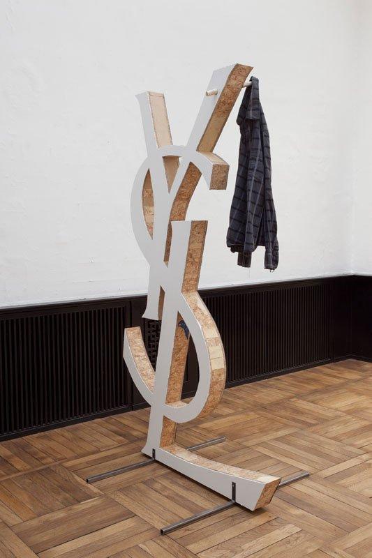 Jørgen Carlo Larsen: Kan min gamle skjorte hænge her ? 2014. Blandet træ, maling, brugt skjorte mm. 198 x 110 x 90 cm. Foto: Erling Lykke Jeppesen
