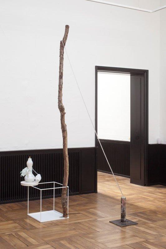 Veo Friis Jespersen: Uden titel 2014. Jern, maling, beton, glas, nylon, plastic, porcelæn og træ. 240 x 120 x 150 cm. Foto: Erling Lykke Jeppesen