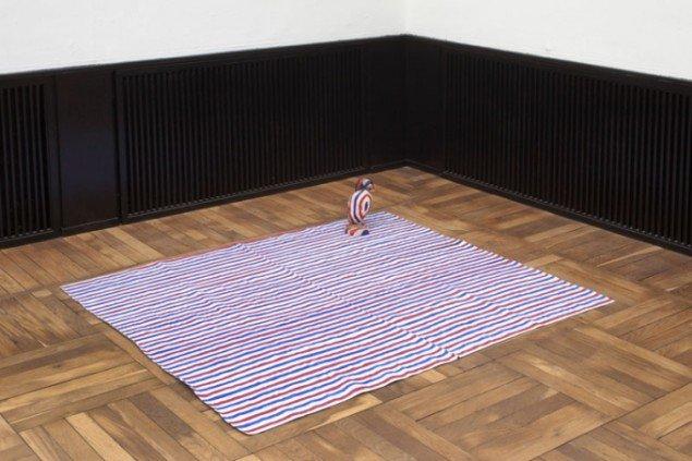 Hesselholdt & Mejlvang: National Cloth, 2007. Stof, udstoppet søpapegøje, maling. 30 x 160 x 130 cm. Foto: Erling Lykke Jeppesen