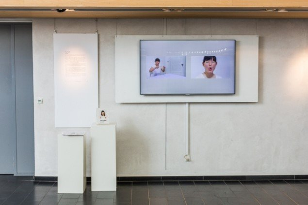 """Eva Tind, """"tænd/sluk"""", 2011, video, foto: Thomas Nørgaard Elvius"""