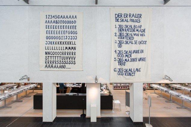 """Gudrun Hasle, """"Systemer og raler"""", 2014, tekstilbanner, 4,5 x 2,5 m, foto: Thomas Nørgaard Elvius"""