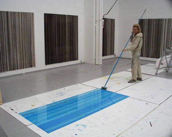 Sådan produceres de mange acrylplader af Ruth Campau. Det helt rigtige strøg kræver enorm koncentration. Foto: Per Ebbe Hansson
