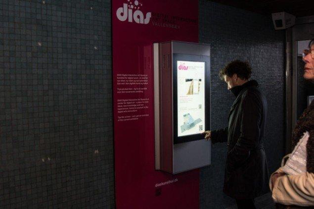 Informationsstanderne i kunsthallen, der guider folk til værkerne på stationen. (Pressefoto)