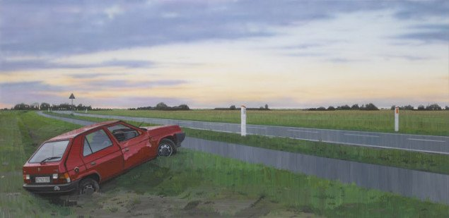 Forulykkede køretøjer fylder en hel udstillingssal. Allan Otte, Nede, 2007. Foto: Skive Kunstmuseum.