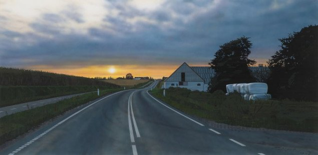 I et enkelt forsonende maleri er solen på vej ned over en bugtende landevej. Allan Otte, Slut, 2008. Foto: Galleri Tom Christoffersen.