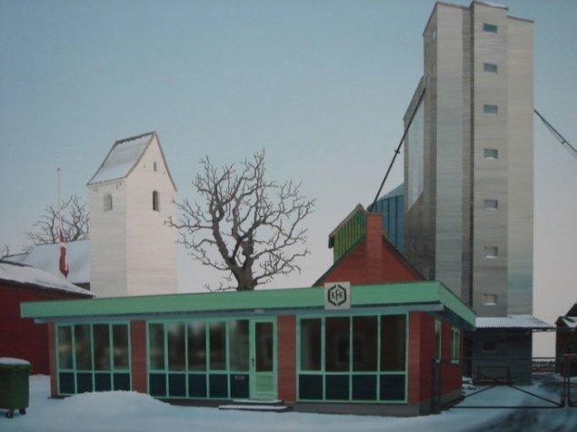 Dannebro hænger slapt ned mens kirken og kornsiloen troner mod himlen. Allan Otte, Fårup omegn potpourri, 2006. Foto: Kasper Lie.