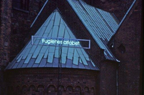 """Astrid Gjesing: nat tegn, """"fuglenes alfabet"""" (blå neon – luft – Domkirken). 1997"""