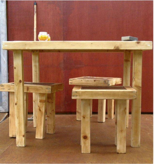 Møblerne er lavet af overskudsmaterialer fra kuberne. Foto: Lars Svanholm