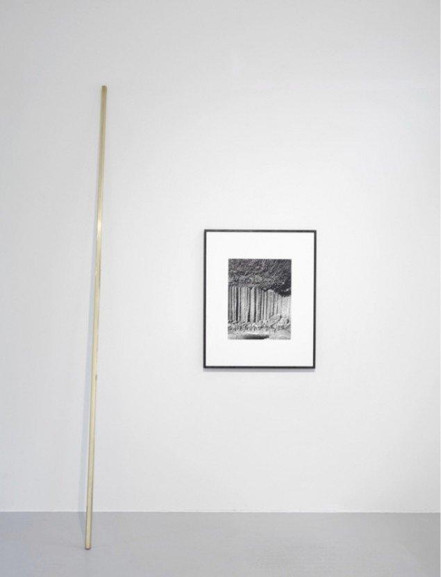 Ebbe Stub Wittrup: Basalt columns, 2013. Gelantin silver print, 95 x 77 cm. Hexagon column, 2013. Brass, beewax, 3,3 x 300 cm. Two Faced Vase, Martin Asbæk Gallery, 2013. Foto: David Stjernholm.