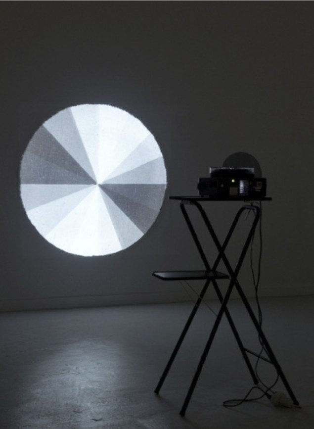 Ebbe Stub Wittrup: Circular Sliding Zones, 2012. Dias, projector, motor, polarised glass. The Voice of Things,Overgaden, 2012. Foto: David Stjernholm.