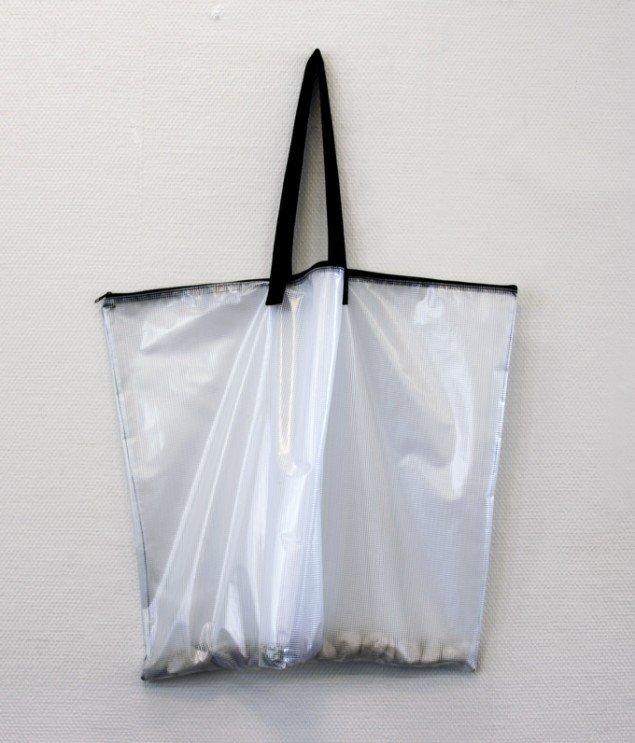 Pernille Kapper Williams: What was and What is, 2012. Plastiktaske, sten. På Virgin Production, Galleri Udengaard Projekt til 31/5. Foto: Ib Sørensen