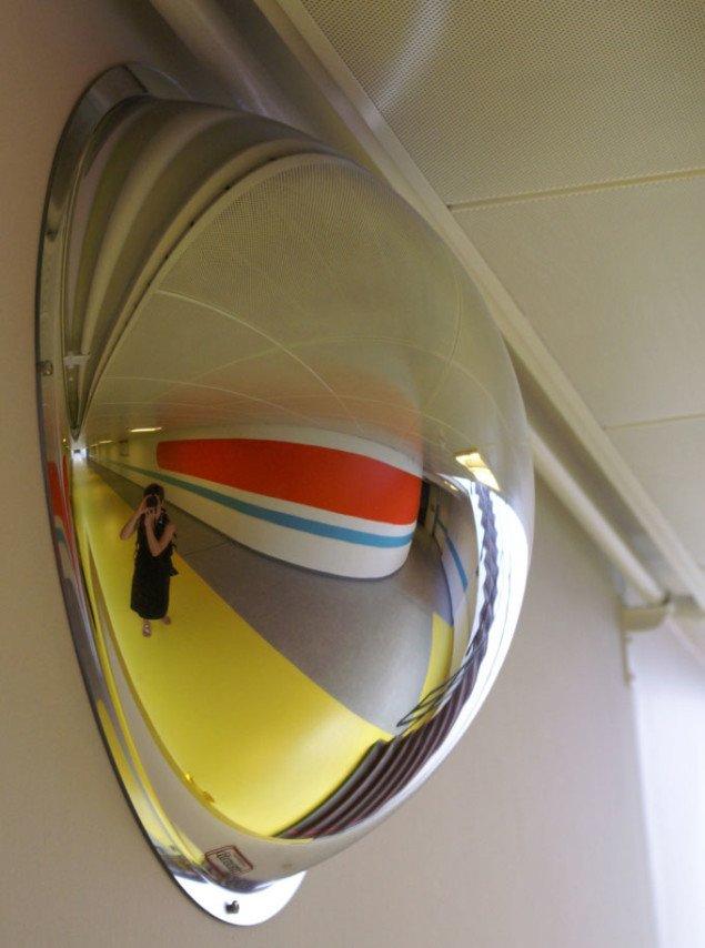 Farvefelterne skaber fantastiske spejlinger i 'gadespejlene'.