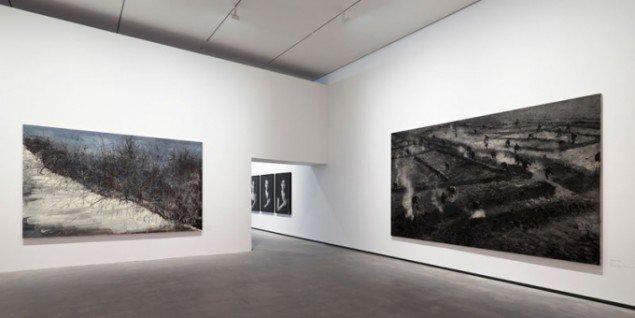 Zeng Fahnzi: This land is so rich in beauty 2, 2006 og Zhang Huan: Seeds, 2007. Foto Anders Sune Berg, Faurschou Foundation