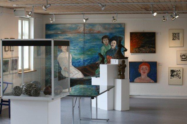 Et af udstillingsrummene med Ursula Reuters Tre kvinder i en båd på bagvæggen. Foto: Lasse Juhl Nielsen.