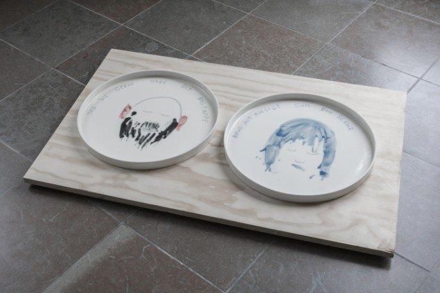 You Little Teapot (Lars Rank og Tomas Lagermand Lundme): Bagtæppe og Scene, 2014. Porcelæn. På Regibemærkninger, Møstings Hus, 2014. Foto: Thomas Cato