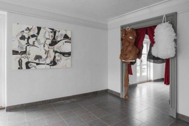 Kenni Kruse: Forskellige kostumer, 2014. Tekstiler, kostumer, syet af bl.a. vhs-kassettebånd. På Regibemærkninger, Møstings Hus, 2014. Foto: Thomas Cato