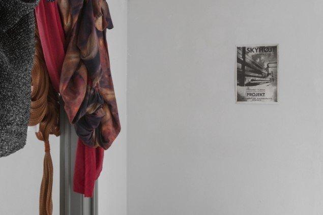 Ann Susan, Claes Cornelius og Poul Borum: Skyhøjt. Plakat for Galleri Projektets første udstilling i 1989, hvor kunstner Ann Susan installerede en række dias og fotografier af skyer, som Poul Borum skrev digte til. Foto: Thomas Cato