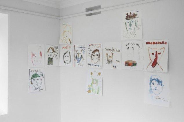 Tomas Lagermand Lundme: Hvis dit ansigt var en scene, ville jeg hver dag optræde i din mund, 2014. 13 tegninger. Olie, akryl, akvarel, gouache, tusch, blyant på papir. På Regibemærkninger, Møstings Hus, 2014. Foto: Thomas Cato