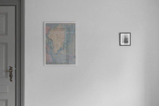 Pia Arke: Old School Map, 1992. Blyant/kort over Nordatlanten og Selvvportræt med Kusine, 1992. Foto. På Regibemærkninger, Møstings Hus, 2014. Foto: Thomas Cato