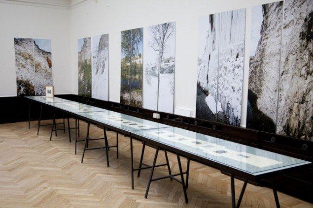 Fotoværker af Finn Larsen og montrer med værker af John Gossage. (Foto: Jeanette Land Schou)
