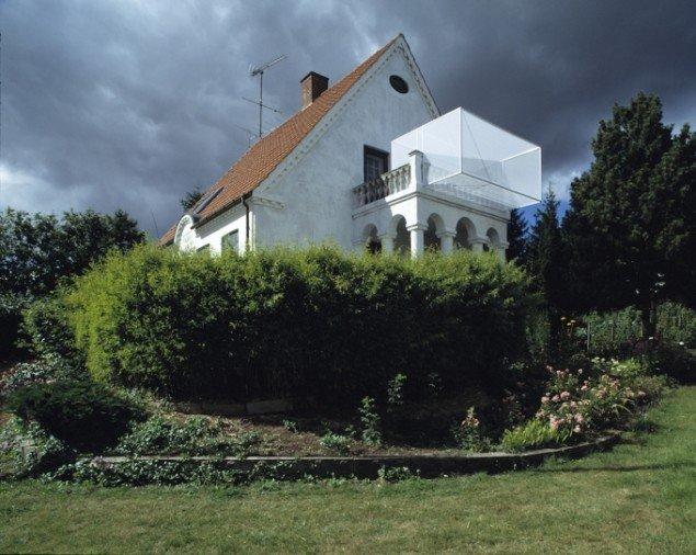 Camilla Berner: Forskudt Område, 2001. Installation på  to balkoner i privat hjem i Lejre. Realiseret til udstillingen CAMP Lejre.  Foto: Anders Sune Berg