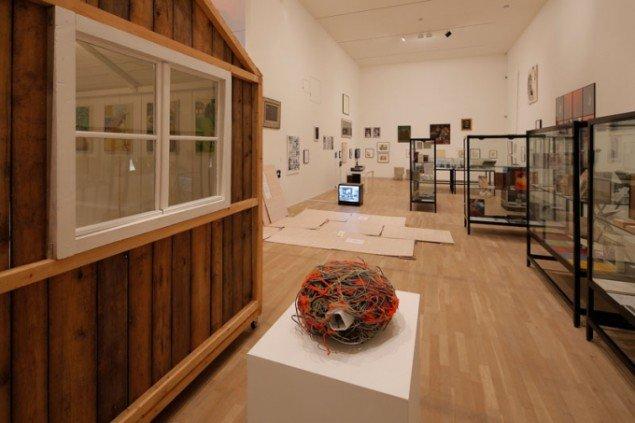 Henrik Olesen: Installationsview; Judith Scott, Untitled, 2003 og Lukas Duwenhögger, Probleema, 1995. (Foto: Anders Sune Berg)